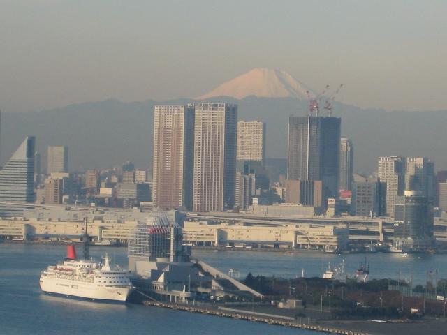 富士山と晴海埠頭とにっぼん丸