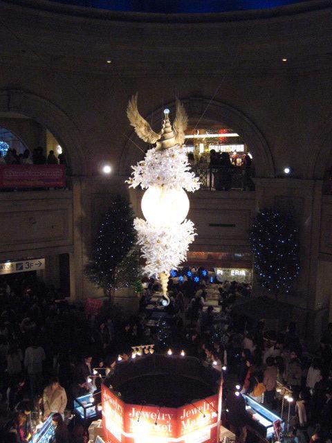 ヴィーナスフォート オリーブ広場 石井竜也デザインのクリスマスツリー