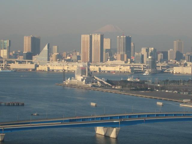 朝の豊洲と富士山