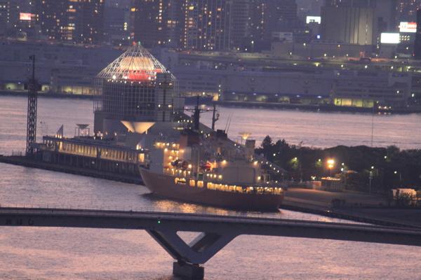 黄昏の晴海埠頭と南極観測船しらせ(新)