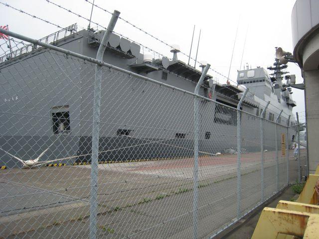 米海軍第7艦隊の旗艦「ブルーリッジ(右)」と、海上自衛隊の護衛艦「ひゅうが(左)」