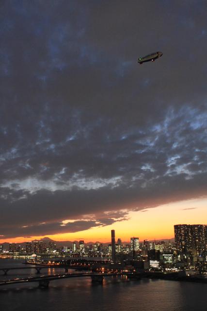 夕暮れの飛行船