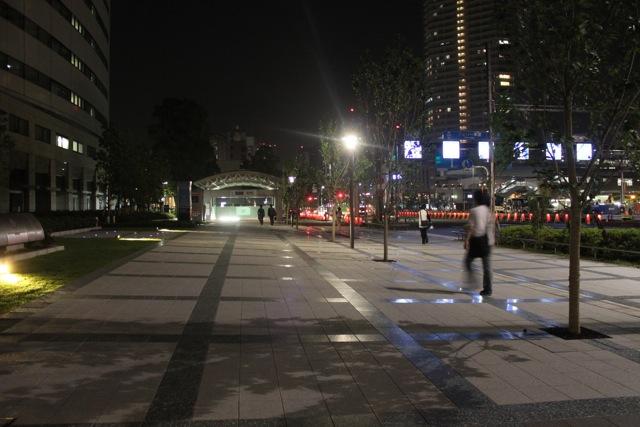 豊洲駅、1a出口の前の道