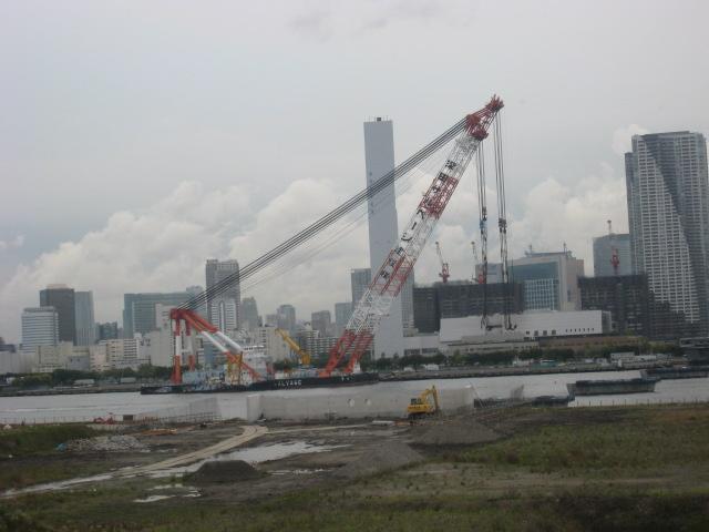 豊洲大橋の巨大なサルベージ船
