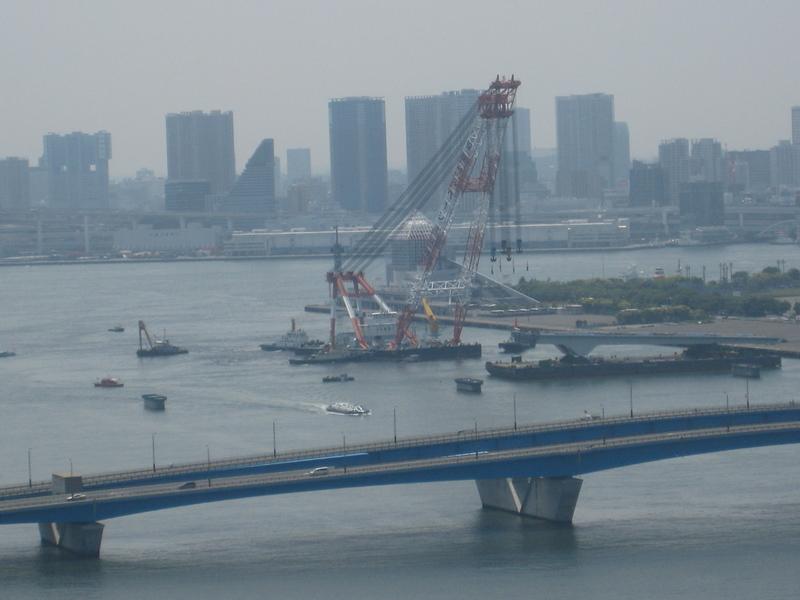 建設中の豊洲大橋に巨大クレーン船