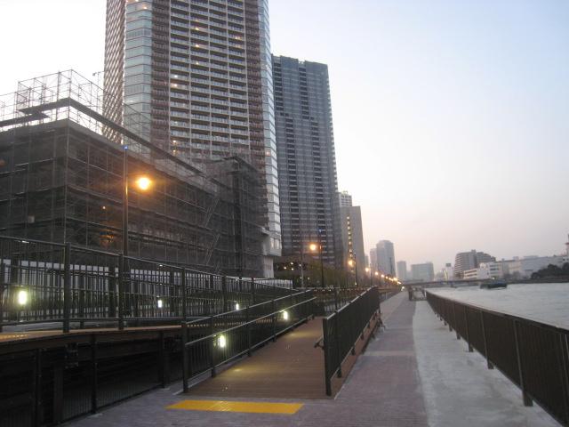 豊洲キャナルウォークの運河側の遊歩道